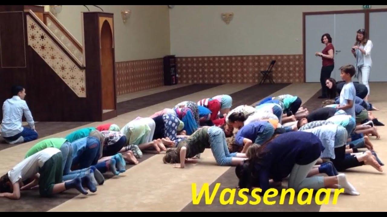 オランダ:課外授業で生徒達にイスラム式祈祷をさせている動画が話題に…[海外の反応]